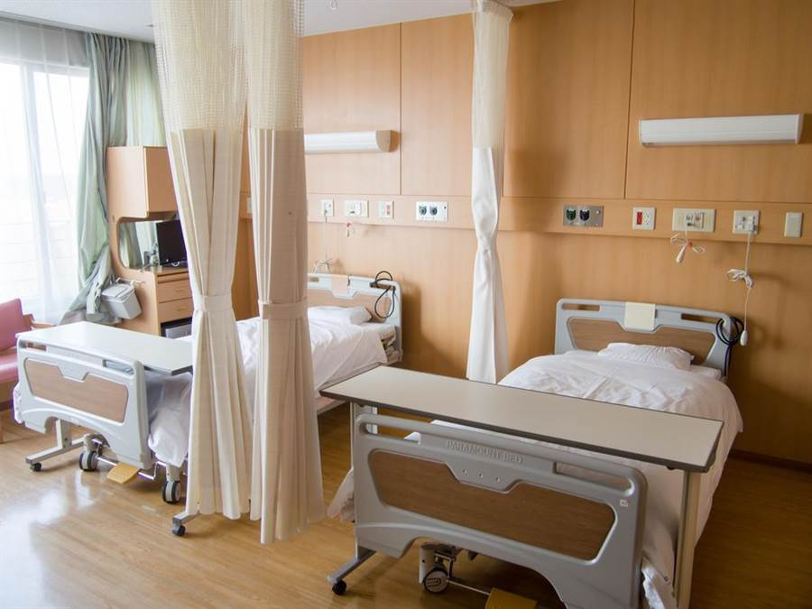 去医院探病或照顾病人,千万别随便触摸拉帘,因为它不仅最骯脏,还可能带来超级细菌。(达志影像/shutterstock)
