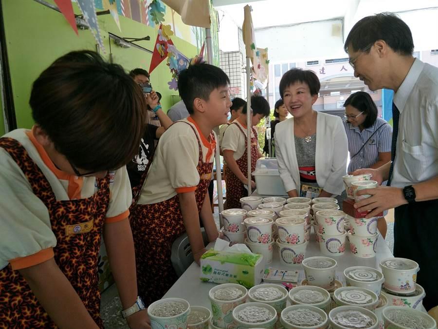 教育局透過有趣美味的方式,讓學生認識在地美食文化、樂學英語,也認識花博GNP傳達的精神。(陳世宗翻攝)