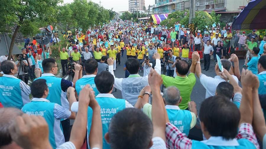 民進黨高雄市長參選人陳其邁4日出席旗山後援會成立大會,主辦單位宣布現場湧入將近3000名支持者。(陳其邁競選辦公室提供)