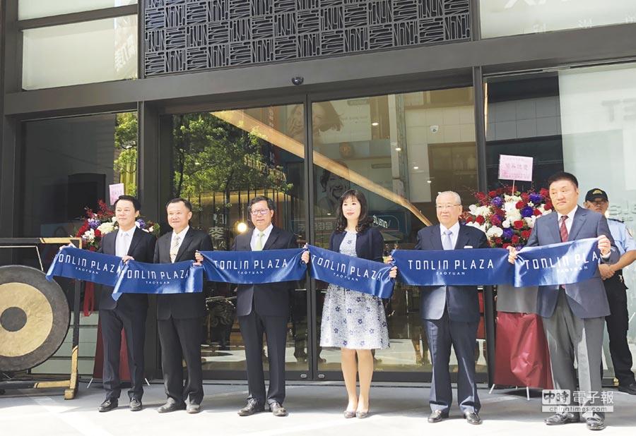 統領廣場開幕,桃園市長鄭文燦(左三)表示,將帶動站前商圈的大幅發展。圖/郭及天