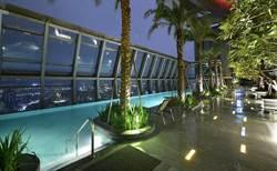 睽違15年的希爾頓酒店開幕!頂樓無邊際泳池眺望美景