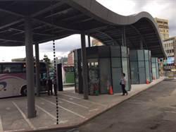 基市站前客運站無座椅 議員譏「二等公民」