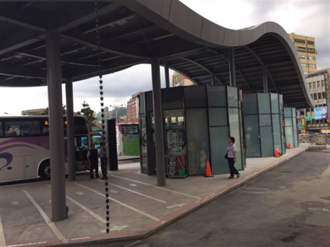 基隆市火車站前的國光客運候車站沒有座位,乘客等車常常得忍受風吹日曬。(李怡萱攝)