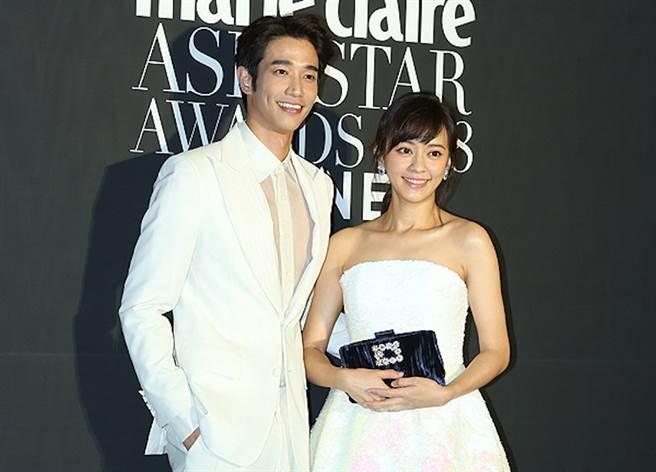劉以豪(左)、陳意涵榮獲「Face of Asia Award」大獎。(翻攝自kookie)