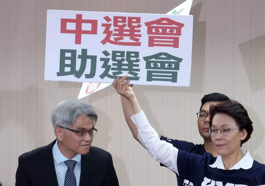 立法院內政委員會1日邀請中央選舉委員會主任委員陳英鈐(左)報告,國民黨團對於公投案遭指大量造假,包圍陳英鈐抗議。(資料照,英豪攝)