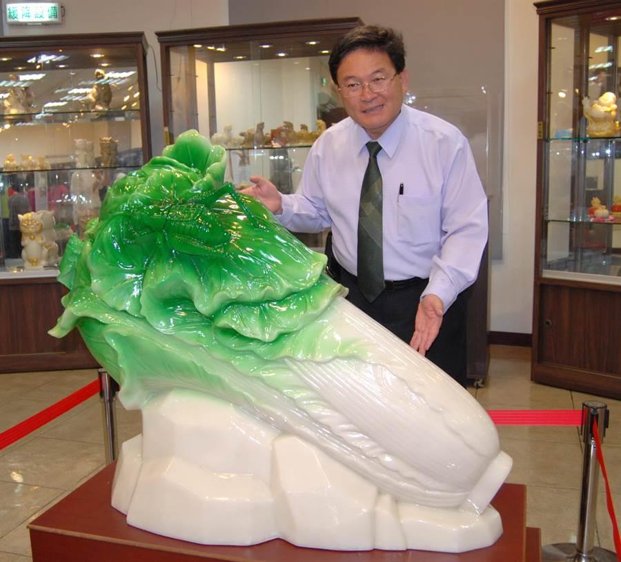 彰化市古月民俗館展出鹽雕的超大版的翠玉白菜,長一公尺,83公斤,依然通透得讓人怦然心動。(吳敏菁攝)