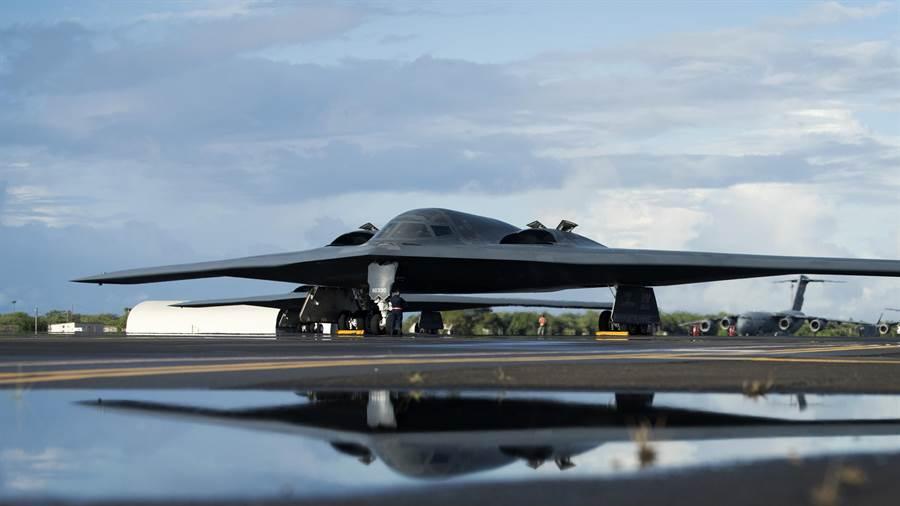 圖為由美軍懷特曼空軍基地出發的B-2隱形戰略轟炸機抵達夏威夷,預備與F-22進行聯合演練。(圖/美國空軍)