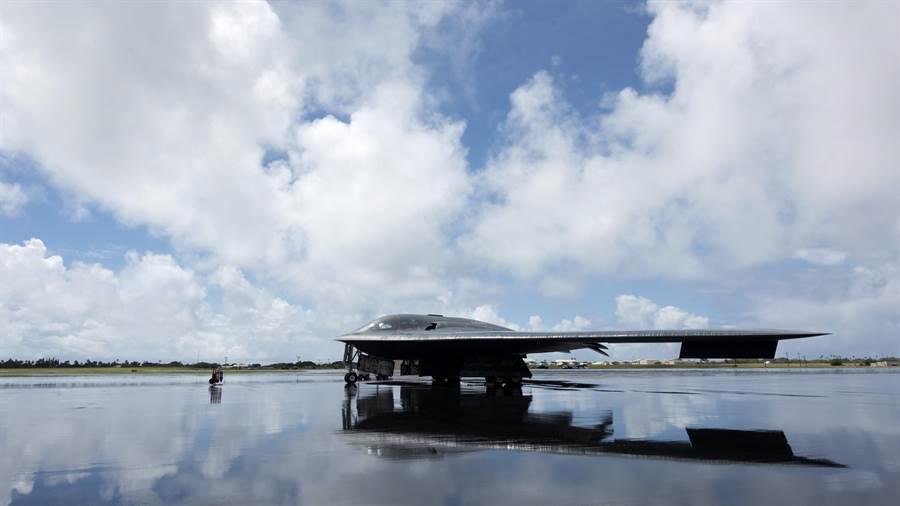 參加這次美軍太平洋空軍總部演訓的B-2幽靈轟炸機,它的翼展長達52.4公尺,可以投射傳統炸戰及核彈。(圖/美國空軍)