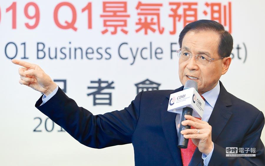 商研院董事長許添財指出,台灣商業服務業景氣目前短期無衰退危機,預測將持續盤旋,仍需注意後續的發展。(鄭任南攝)