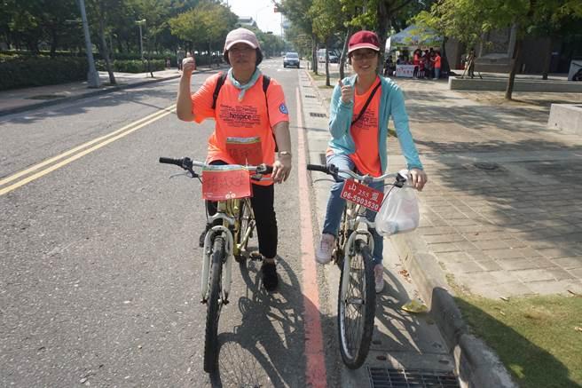 來自台南市的56歲胡淑姿(左)從事資訊業,2年前曾被診斷出罹患乳癌一期,歷經多次治療,目前病情已獲得穩定控制,當天也來參加騎乘鐵馬活動。(李其樺攝)
