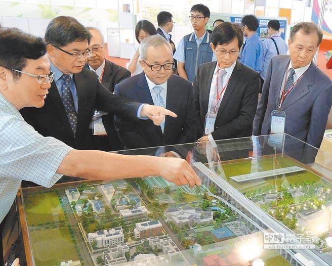 行政院副院長施俊吉(圖中)、南市代理市長李孟諺(左2)等人,仔細聆聽廠商代表的產品講解。圖/陳惠珍