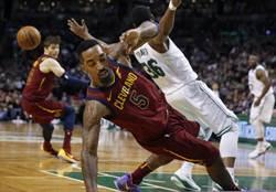 NBA》打架了!史馬特暴怒偷揍JR遭驅逐出場