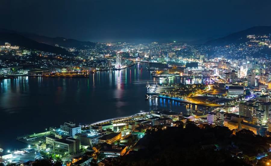 到訪長崎,絕不能錯過榮獲「日本新三大夜景」美譽的長崎夜景。(達志影像/shutterstock)
