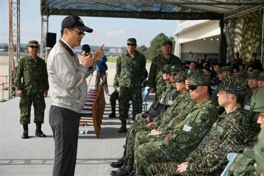 國防部長嚴德發今日視導第三作戰區戰備任務訓練「地空聯合作戰」示範觀摩。圖軍聞社提供