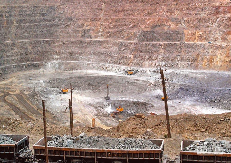 大陸內蒙自治區的白雲鄂博稀土礦場,工人們正使用機具採礦。(美聯社)