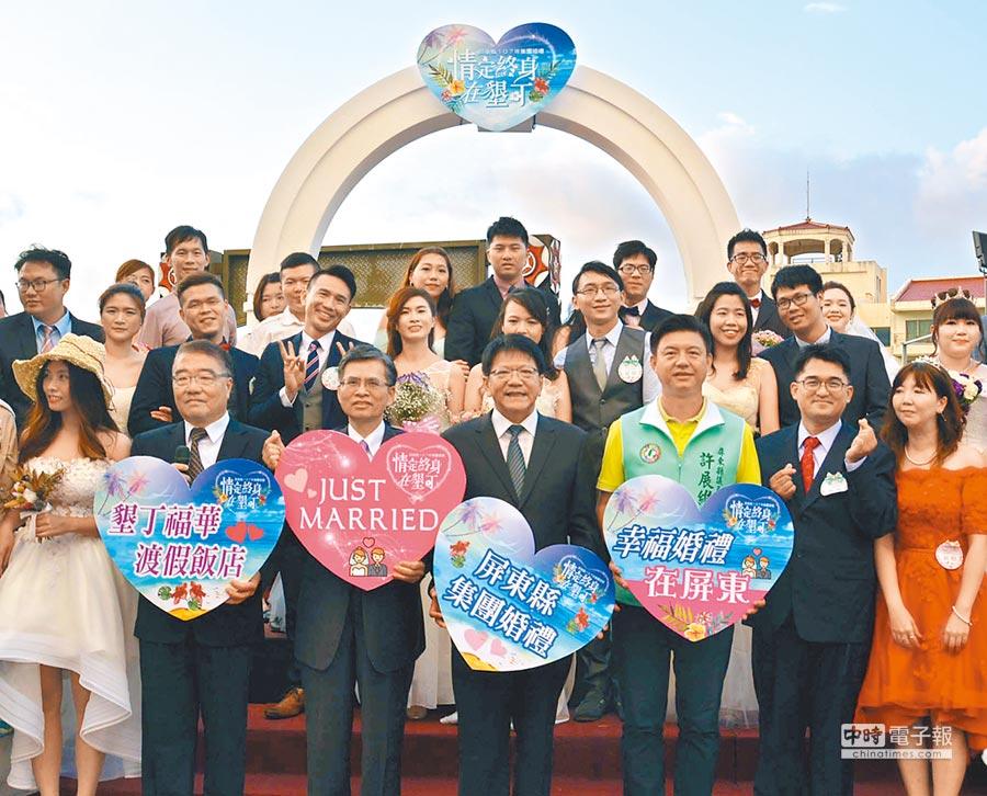 屏東縣集團婚禮選在墾丁福華飯店舉辦,新人在碧海藍天的地中海場景,體驗異國婚禮的浪漫風情。(潘建志攝)