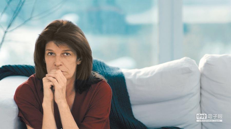 蘿拉對著鏡頭傾訴私密的親密關係問題。(海鵬影業提供)