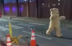影》反恐演習?布偶熊在美軍基地前跳舞被捕