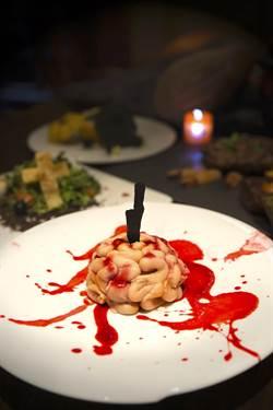 驚悚程度爆表!甜點「頭破血流」營造恐怖詭譎感