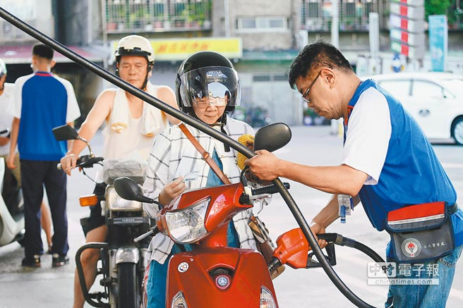 政府選前釋利多!國內油價連5漲、2個多月來每公升漲1.5元;中油宣布,以95無鉛汽油每公升31.5元為天花板,凍漲油價至年底。(本報資料照片)