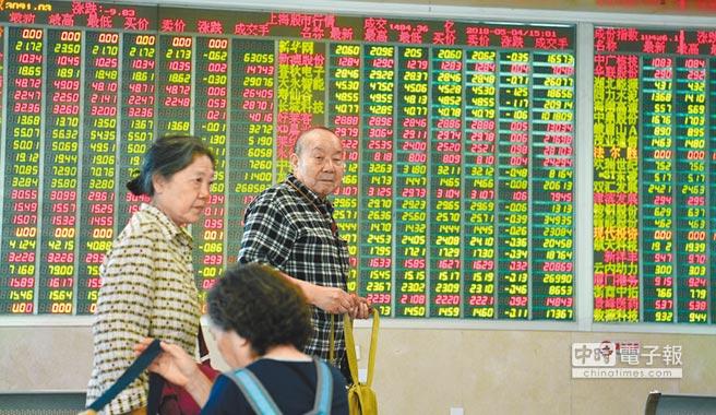 市場認為,此時宣布降準,將可避免A股跟隨海外股市震盪補跌調整。圖為某證券交易大廳一景。(中新社資料照片)