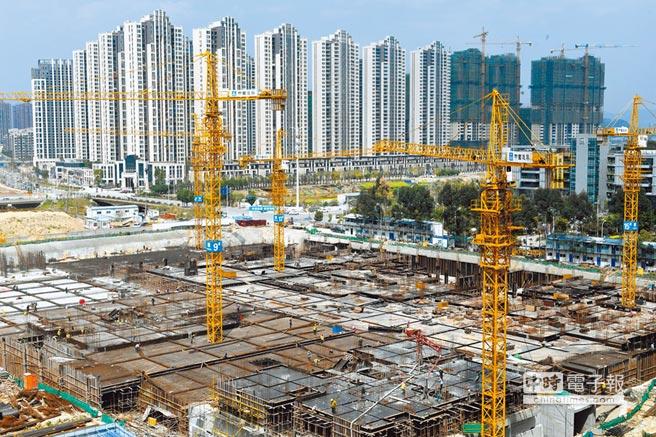 中央仍嚴控資金流向房市,專家警告,建商不要對此次降準有太大的期望。圖為福州一處在建樓盤。(中新社資料照片)