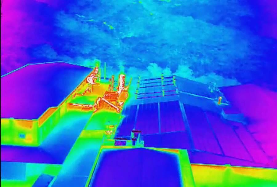 透過紅外線熱顯像儀,工廠夜間排放汙染氣體,一覽無遺!(廖志晃翻攝)