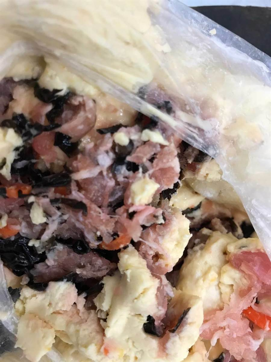 旅客違規攜帶生豬肉餡料。(防檢局提供)