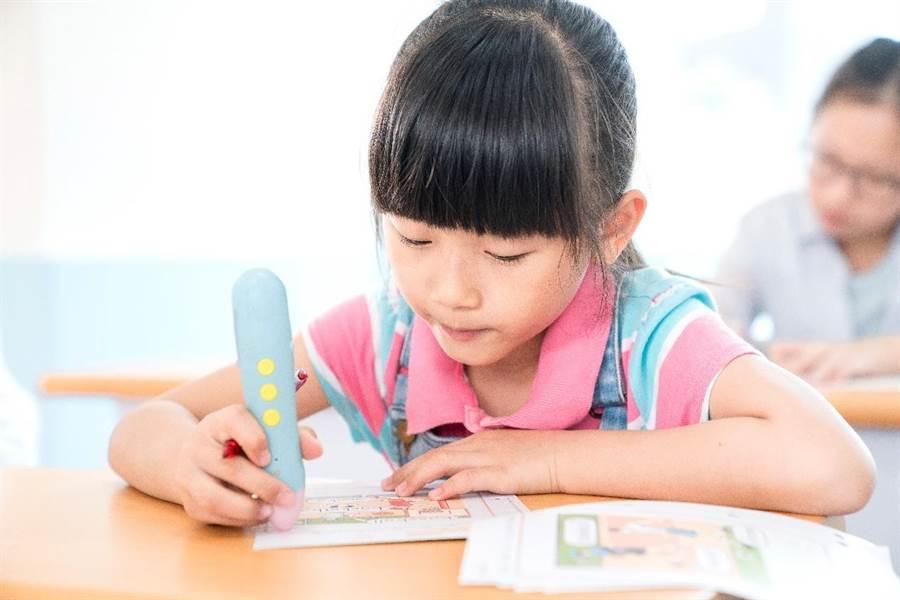 KUMON的點讀筆是協助孩子學習國語及英文的最佳幫手。(圖/KUMON提供)