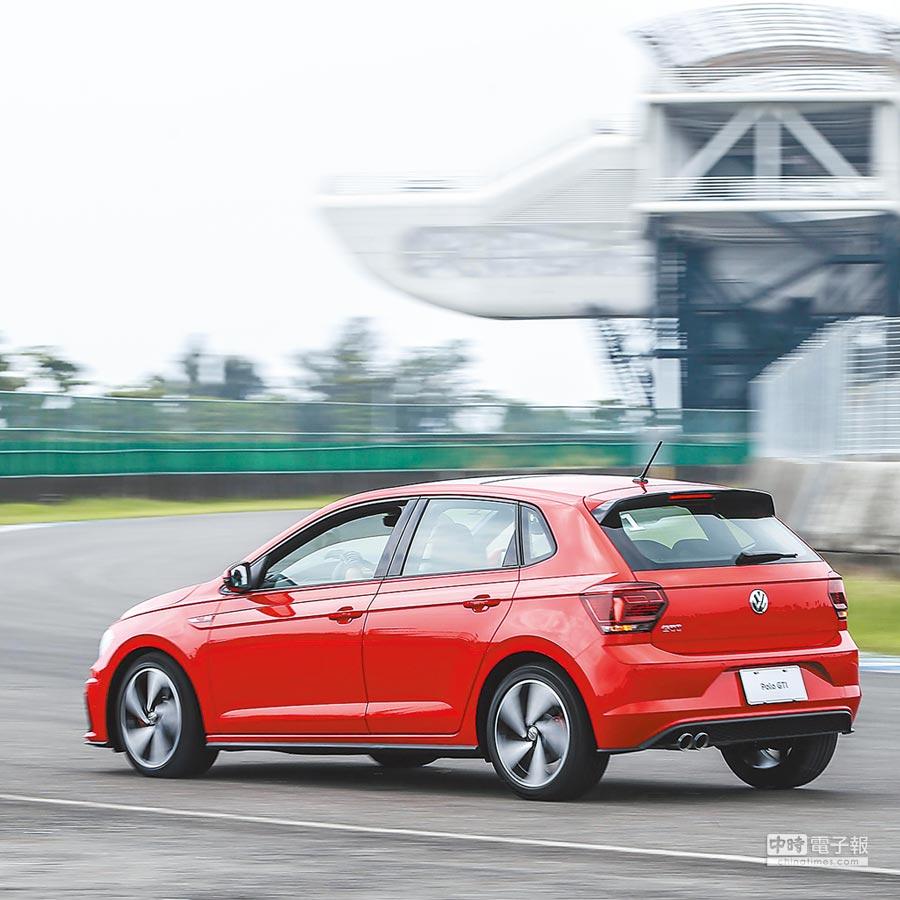 The new Polo GTI上市特仕版採全新2.0L渦輪增壓引擎,擁有200hp/32.6kgm動力輸出與6.7秒0-100km/h加速強悍性能,另搭配GTI專屬運動化懸吊系統與駕駛模式選擇,提供更棒的駕駛樂趣,售價122.8萬元,限量66台,席位所剩不多。(VW提供)