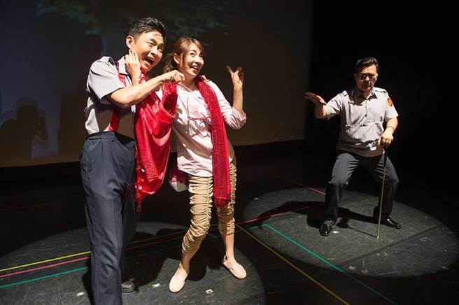 阿喜結合電影梗,熱情演出舞台劇。(圖/翻攝自阿喜臉書)