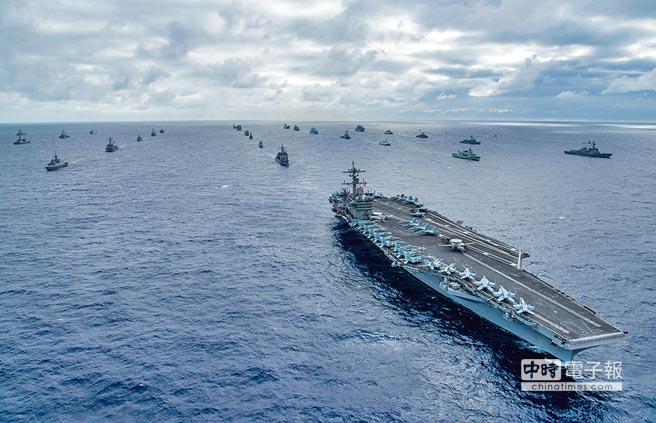 台海安定對美、中不是生死存亡問題,對台灣卻是生命財產安全之所繫,自應扮演中介平衡的關鍵角色。只有美中關係良好,台灣才有機會生存發展;圖為美國海軍太平洋艦隊在太平洋進行軍演。(摘自美國海軍太平洋艦隊司令部官網)