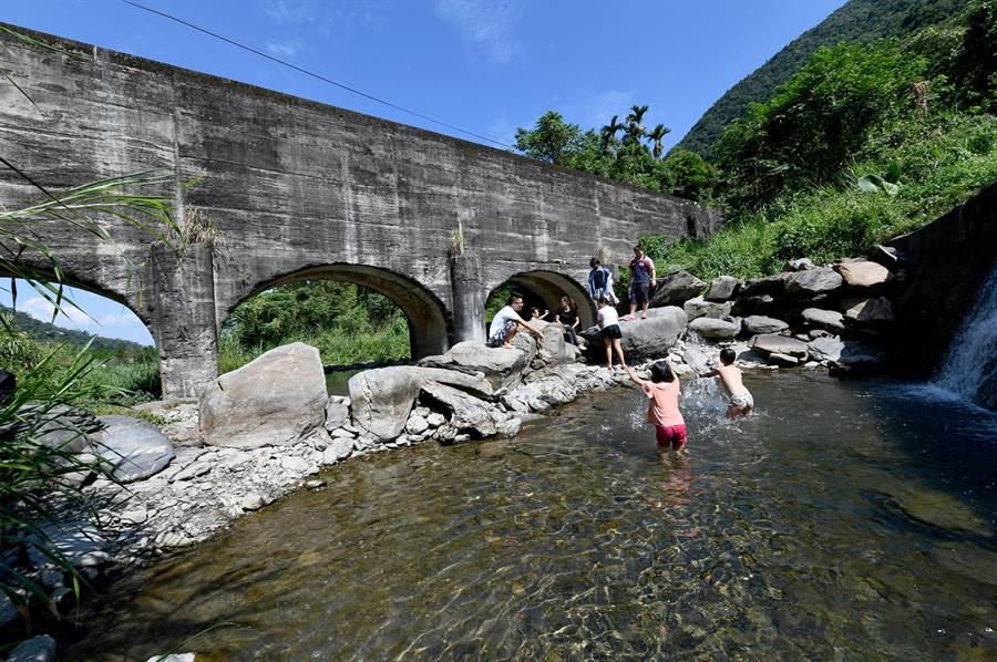 向天圳溪谷攔砂壩池,水深及膝,成了小朋友戲水天堂。(沈揮勝攝)