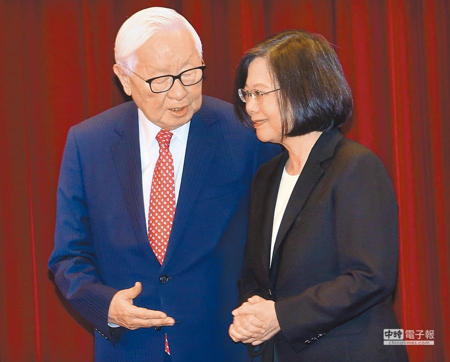 蔡英文總統(右)已宣布,指派台積電創辦人張忠謀(左)擔任APEC領袖代表。(本報資料照片)