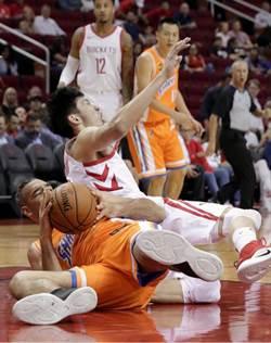 NBA》好不容易獲上場機會 周琦被壓傷坐輪椅退場