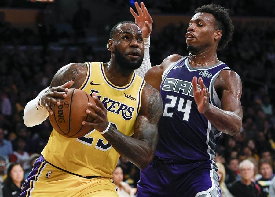 NBA湖人隊球星詹姆斯(左)從兩個兒子還小就培養高檔品味。(資料照/美聯社)