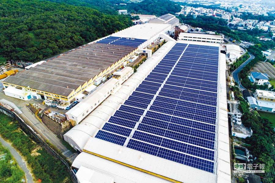南亚光电「屋顶型太阳能系统」实绩案例,图为台中大肚厂。图/南亚光电提供
