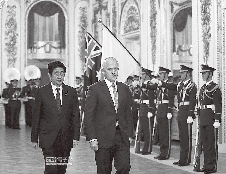 2015年12月18日,日本首相安倍晉三歡迎澳洲總理特恩布爾訪日。(新華社資料照片)