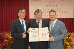 來台逾半世紀獲身分證 78歲劉力學:我愛台灣