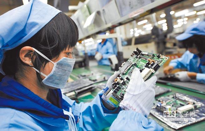 總統蔡英文喊出台灣應調整在全球供應鏈角色,學者認為,政府應盡早擬定策略,工商界也希望政府對於台商回流要有更清楚計畫。圖為一位女工在檢查電腦主板產品。(新華社資料照片)