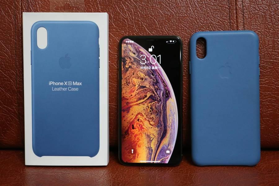 蘋果iPhone Xs Max(中)與原廠皮革保護殼。(圖/黃慧雯攝)