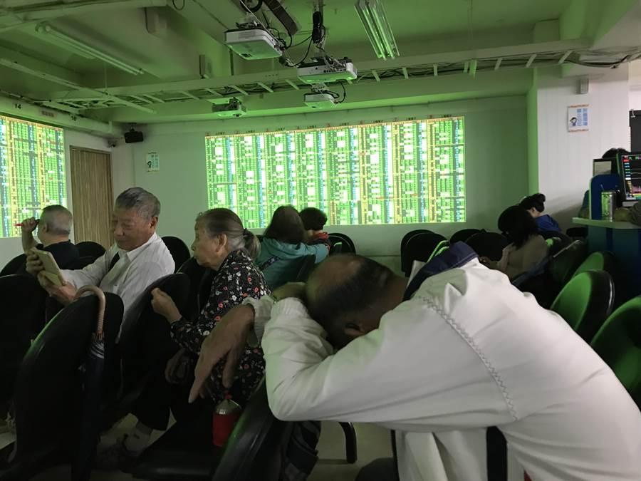 台北股市11日在國慶休市後開市,受到美股三大指數暴跌衝擊,大跌超過660點,失守萬點大關,號子內一片綠油油。(陳信翰攝)