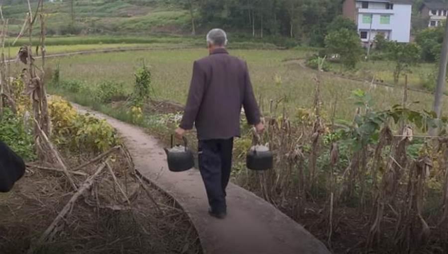 大家常常會提著鍋子來排隊,有些人是要煮水,也有人會準備其他蔬菜、食材來這裡料理。(圖/ 翻攝自影片)
