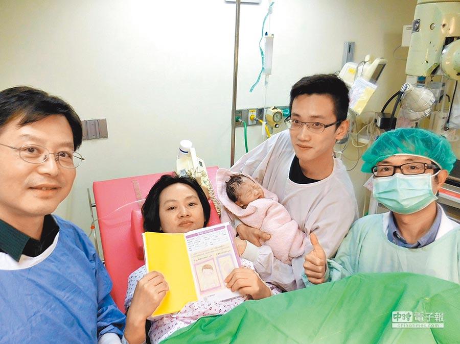 台北市立聯合醫院和平婦幼院區10日凌晨0時1分喜迎「搶頭香」的國慶寶寶,女嬰以自然產方式誕生,是父母第一胎。(台北市立聯合醫院提供)