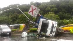 天雨路滑 北市南港大貨車自撞分隔島 車倒燈桿毀