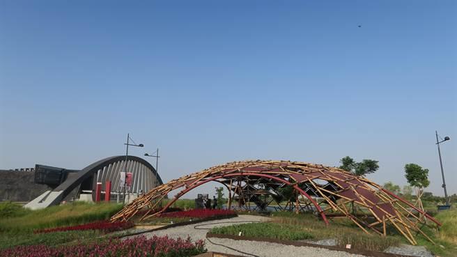 命之樹藝術大道結合當代及園區景觀,運用竹材設計遮陽設施,符合當地炎熱天氣。(故宮南院提供)