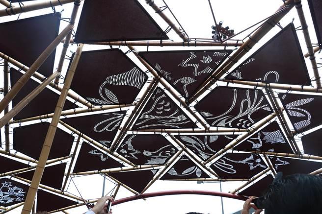 穹頂上遮陽網布展現「台灣版」生命之樹圖案百合花及藍腹鷴。(張亦惠攝)