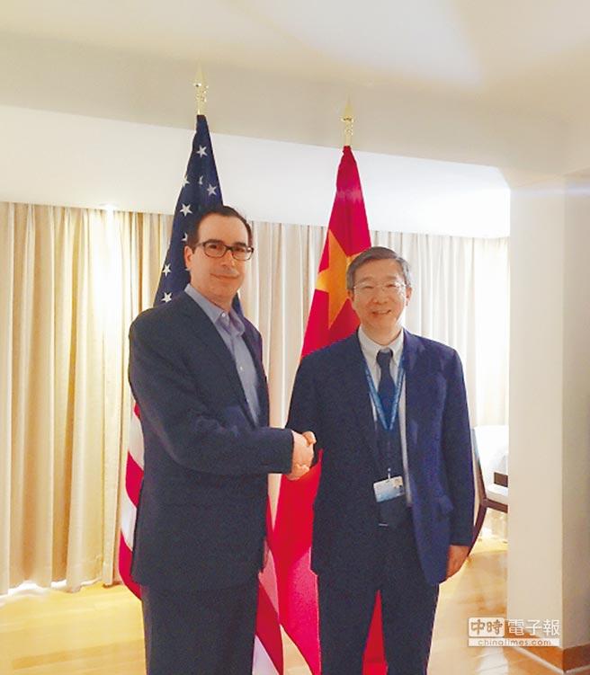 10月11日,中國人民銀行行長易綱(右)在印尼峇里島出席國際貨幣基金與世界銀行年會期間,會見美國財長努欽(左)。(取自中國人民銀行官網)