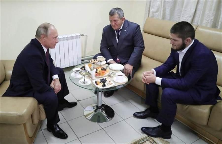 俄羅斯總統普丁(左)接見拳王奈戈梅朵夫(右)。(mikhail klimentyev/美聯社資料照)