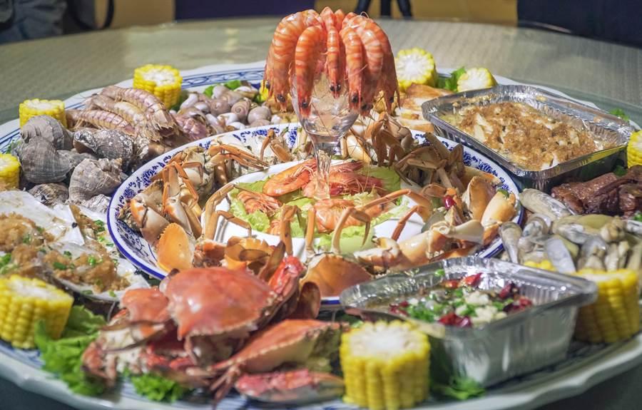 餐館將溫州的海鮮料理結合創意,發明吸睛的「土豪宴」。(沈弘欽 攝)
